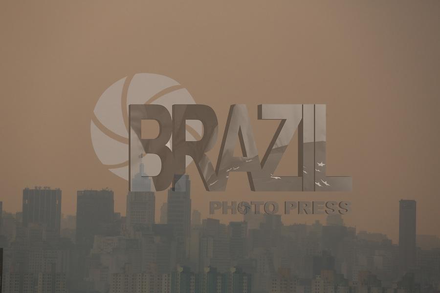 FOTO EMBARGADA PARA VEICULOS INTERNACIONAIS. SAO PAULO, SP, 19-09-2012, FIM DE TARDE NEVOA. Com a aproximacao da frente fria o ceu de Sao Paulo ganhou uma coloracao diferente. Luiz Guarnieri/ Brazil Photo Press