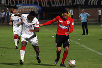 CUCUTA - COLOMBIA -01-02-2015: David Gomez (Der.) jugador de Cucuta Deportivo, disputa el balón con Luis Narvaez (Izq.) jugador de Atletico Junior, durante  partido Cucuta Deportivo y Atletico Junior,  por la fecha 1 de la Liga de Aguila I 2015 en el estadio General Santander en la ciudad de Cucuta / David Gomez (R) of Cucuta Deportivo, figths the ball with Luis Narvaez (L) jugador of Atletico Junior during a match Cucuta Deportivo and Atletico Junior for date 1 of the Liga de Aguila I 2015 at General Santander stadium in Cucuta city. Photo: VizzorImage  / Manuel Hernandez / Str.