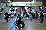 Deficiente fisico em escadaria do metro em Sao Paulo. 2011. Foto de Juca Martins.
