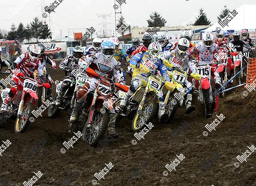 2009-02-15 / Motorcross / Grobbendonk / Het MX1 pak met oa. Van Nooten (70), De Dycker (9), Steve Ramon en Kevin Wouts (715) duikt de eerste bocht van het seizoen in...Foto: Maarten Straetemans (SMB)