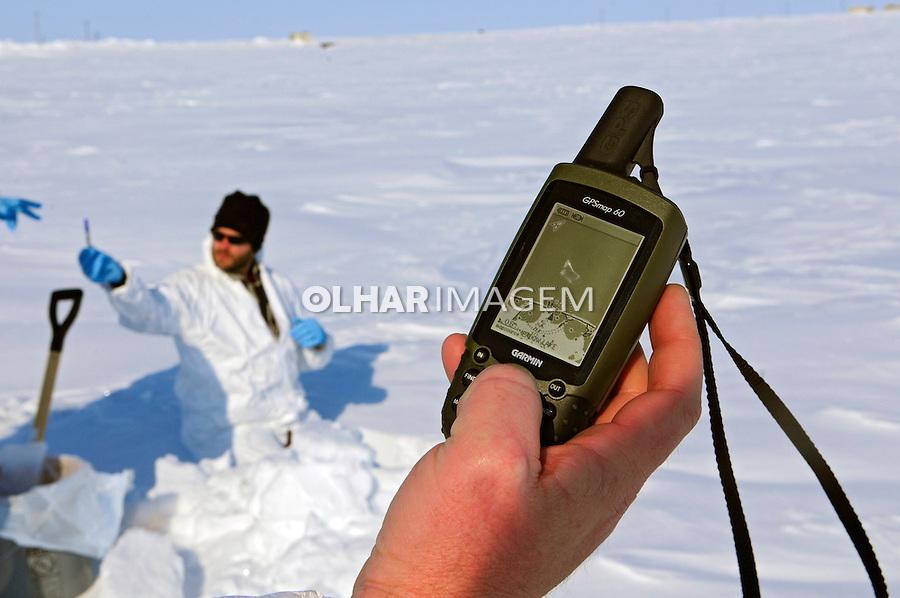 Coleta de amostra de neve. Estudos de mudanças climáticas. Barrow Envirnmental Observatory - BEO. Alasca. 2008. Foto de Luciana Whitaker.
