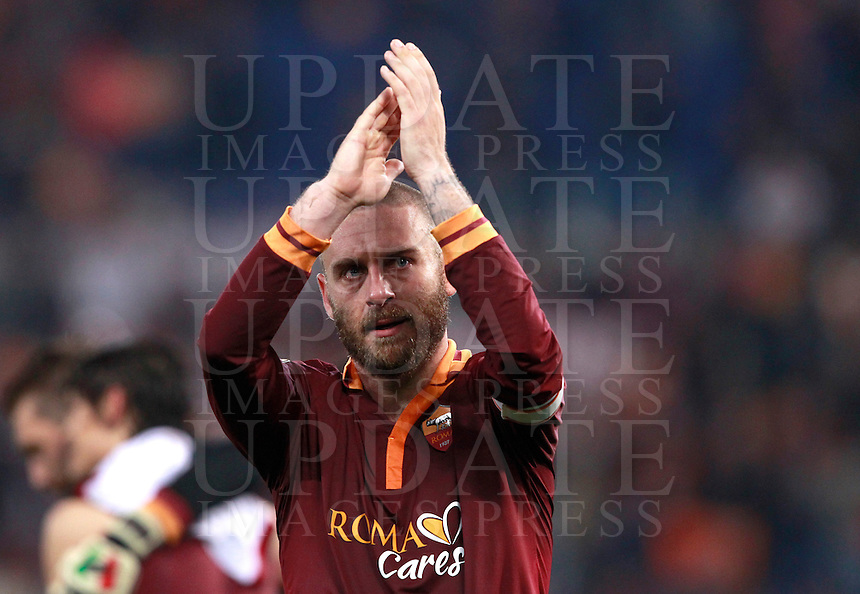 Calcio, Serie A: Roma vs Milan. Roma, stadio Olimpico, 25 aprile 2014.<br /> AS Roma midfielder Daniele De Rossi greets fans at the end of the Italian Serie A football match between AS Roma and AC Milan at Rome's Olympic stadium, 25 April 2014. AS Roma won 2-0.<br /> UPDATE IMAGES PRESS/Isabella Bonotto