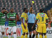 MEDELLÍN -COLOMBIA-13-11-2014. Nicolas Gallo arbitro muestra la tarjeta amarilla a Juna Carlos Guaza jugador de Atlético Huila durante partido con Atlético Nacional por la fecha 2 de los cuadrangulares finales de la Liga Postobón II 2014 jugado en el estadio Atanasio Girardot de la ciudad de Medellín./ Nicolas Gallo referee, shows the yellow carad to Juna Carlos Guaza player of Atletico Huila during match against Atletico Nacional for the  second date of the final quardrangular of Postobon League II 2014 at Atanasio Girardot stadium in Medellin city. Photo: VizzorImage/Luis Ríos/STR