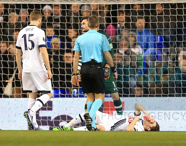 Tottenham's Ben Davies goes off injured during the Europa League match at White Hart Lane Stadium.  Photo credit should read: David Klein/Sportimage
