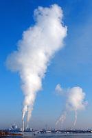 Heizkraftwerk Tiefstack mit Dampf aus Schornstein: DEUTSCHLAND, HAMBURG, (GERMANY), 15.03.2013: Heizkraftwerk Tiefstack mit Dampf aus Schornstein.