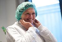 Berlin, Bundesagrarministerin Ilse Aigner (CSU) setzt am Donnerstag (02.05.13) bei einer Besichtigung des Vivantes Versorgungszentrums anlaesslich der Aktion &quot;Zu gut f&uuml;r die Tonne&quot; eine Schutzhaube auf.<br /> Foto: Steffi Loos/CommonLens