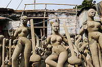 INDIA Westbengal, Kolkata, Kumartuli, clay sculpures of Hindu gods for Hindu festivals / INDIEN, Westbengalen, Kolkata, Handwerker fertigen Lehmfiguren von Hindu Gottheiten im Stadtteil Kumartuli fuer Hindu Feste, Goettin Saraswati
