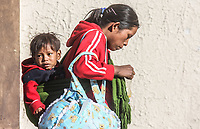 Mujeres de distintos estados del sur del país acostumbra a cargar a sus crías en la espalda lo que les ocasiona en ciertos casos problemas de mal formación en los huesos