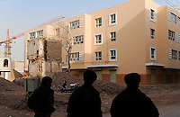 CHINA province Xinjiang city Kashgar where uyghur people are living, demolition of parts of the historic oldtown and construction of new buildings for migrated han chinese  / CHINA Provinz Xinjiang Stadt Kashgar , hier lebt das Turkvolk der Uiguren , Abriss der uigurischen Altstadt und Neubau von Wohnblocks, durch Zuwnderung von Han Chinesen sinkt der uigurische Bevoelkerungsanteil