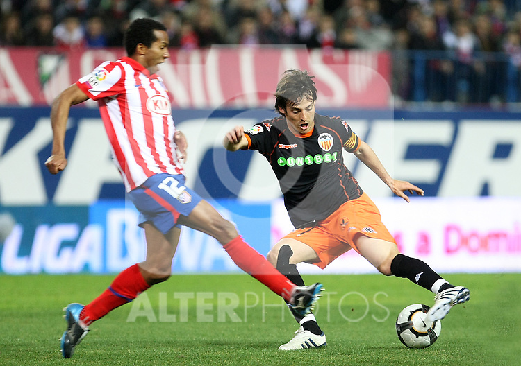 Valencia's David Jimenez Silva (r) and Atletico de Madrid's Paulo Assuncao during La Liga match.(ALTERPHOTOS/Acero)