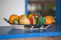 France/DOM/Martinique/Le Vauclin: Corbeille de fruits exotiques en bois dans un bar du village