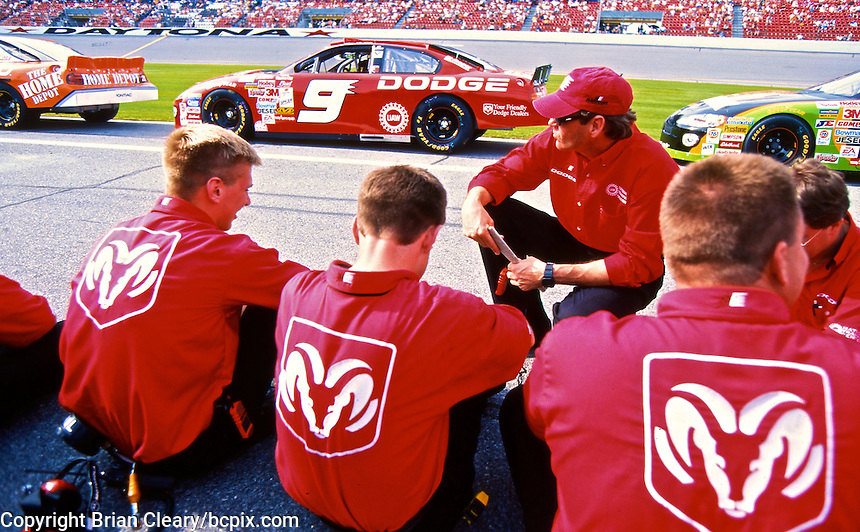 Ray Evernham confers with his crew during daytona 500 qualifying, Daytona International Speedway, Daytona Beach, FL, February 2001.  (Photo by Brian Cleary/www.bcpix.com)