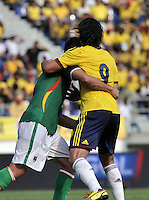 BARRANQUILLA - COLOMBIA -22-03-2013: Radamel Falcao García (Der.) de Colombia forcegea con Walter Veizaga (Izq.) de Bolivia durante  partido Colombia - Bolivia en el Estadio Metropolitano Roberto Meléndez en la ciudad de Barranquilla, marzo 22 de 2013. Partido de la 11 ª fecha de las Clasificatorias Sudamericanas para la Copa Mundial de la FIFA Brasil 2014. (Foto: VizzorImage / Luis Ramírez / Staff). Radamel Falcao García (R) of Colombia struggles with Walter Veizaga (L) of Bolivia during a match Colombia - Bolivia  at the Metropolitan Stadium Roberto Melendez in Barranquilla city, on March 16, 2013. Game of the 11th round of the South American Qualifiers for the FIFA World Cup Brazil 2014. (Photo: VizzorImage / Luis Ramirez / Staff.)