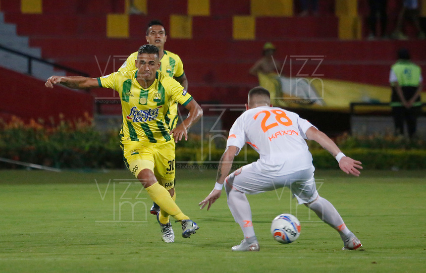 BUCARAMANGA-COLOMBIA,14 -10-2018.Cesar Quintero  (Izq.) del Atlético Bucaramanga disputa el balón con Santiago Jiménez (Der.)  del Envigado durante partido por la fecha 14 de la Liga Águila II 2018 jugado en el estadio Alfonso López de la ciudad de Bucaramanga./Cesar Quintero (L) player of Atletico Bucaramanga  fights for the ball with Santiago Jimenez(R) of Envigado during the match for the date 14 of the Aguila League II 2018 played at Alfonso Lopez  stadium in Bucaramanga city. Photo: VizzorImage/ Oscar Martínez / Contribuidor