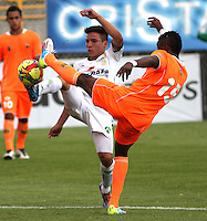BOGOTA -COLOMBIA, 10 -AGOSTO-2014. Oscar Barreto  ( I) de La Equidad  F.C. disputa el balón con Yoni Gonzalez ( D ) del Envigado FC  durante partido de la  cuarta  fecha  de La Liga Postobón 2014-2. Estadio Metroplitano de Techo . / Oscar Barreto  (L) of Equidad FC    fights for the ball with Yoni Gonzalez  of Envigado FC   during match of the 4th date of Postobon  League 2014-2. Metroplitano de Techo Stadium. Photo: VizzorImage / Felipe Caicedo / Staff