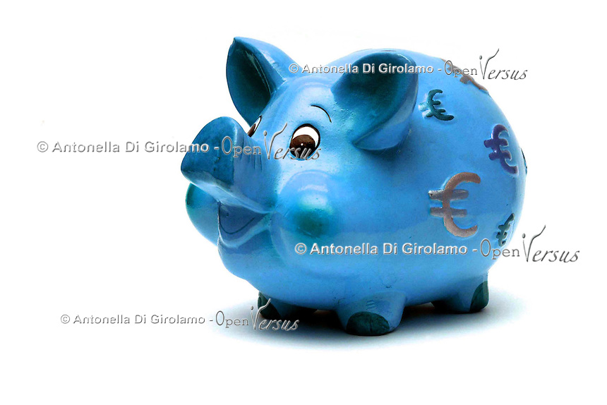 Oggetti.Objects.Salvadanai per i risparmi. Savings money box...