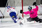 Uppsala 2013-11-20 Bandy Elitserien IK Sirius - Edsbyns IF :  <br /> Edsbyn Jonas Edling sl&aring;r in sitt 4-1 m&aring;l Sirius m&aring;lvakt Kimmo Kyll&ouml;nen <br /> (Foto: Kenta J&ouml;nsson) Nyckelord: