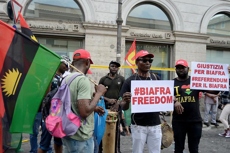 Roma, 20 Giugno 2018<br /> Cittadini Biafra<br /> In occasione della giornata mondiale del Rifugiato associazioni antirazziste protestano a Roma davanti la Prefettura per chiedere diritti e accoglienza per i Rifugiati e per tutti i cittadini