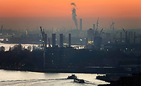 Nederland - Rotterdam -  2019.  De haven van Rotterdam bij ondergaande zon.   Foto Berlinda van Dam / Hollandse Hoogte