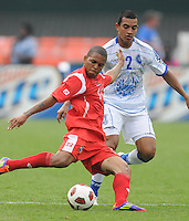 Panama Nelson Barahona (10) makes a pass  against El Salvador Xavier Garcia (2)     Panama defeated El Salvador in penalty kicks 5-3 in the quaterfinals for the 2011 CONCACAF Gold Cup , at RFK Stadium, Sunday June 19, 2011.