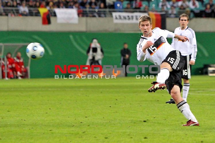L&permil;nderspiel<br /> WM 2010 Qualifikatonsspiel Qualificationmatch Leipzig 28.03.2009 Zentralstadion Gruppe 4 Group Four <br /> <br /> Deutschland ( GER ) - Liechtenstein ( LIS )<br /> <br /> Thomas Hitzlsperger (#15 VfB Stuttgart Deutsche Nationalmannschaft) schiesst aufs Tor.<br /> <br /> Foto &copy; nph (  nordphoto  )<br />  *** Local Caption ***