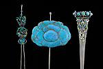 Chinesisch, <br /> Qing-Dynastie, <br /> 19. Jahrhundert. <br /> <br /> - Drei Haarnadeln. Von links: - Haarnadel, Silber, Email, L&auml;nge 17 cm.<br /> <br /> Haarnadel in Form einer Blume. Silber, Eisvogelfedern und Hartstein, 10 x 5 cm.<br /> <br /> Haarnadel, Silber, Email, Jade und T&uuml;rkis, L&auml;nge 17 cm. -<br /> <br /> Privatsammlung.