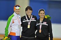 SCHAATSEN: CALGARY: Olympic Oval, 10-11-2013, Essent ISU World Cup, podium 1000m, Lotte van Beek (NED), Heather Richardson (USA), Brittany Bowe (USA), ©foto Martin de Jong