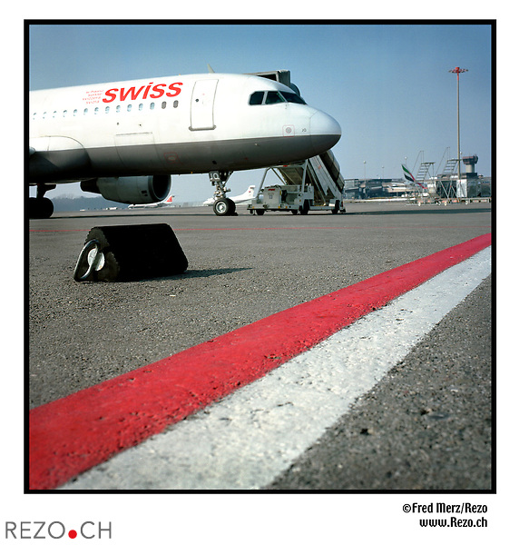 FM01003 / Illustration avion Swiss...Zurich Kloten, Unique Airport, Fevrier 03...©Fred Merz/Rezo