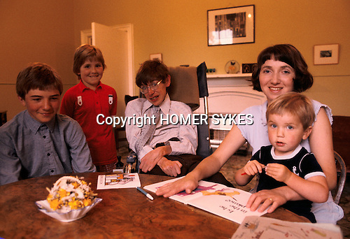 PROFESSOR STEPHEN HAWKING AT HOME WITH HIS YOUNG FAMILY CAMBRIDGE ENGLAND 1981. HIS FIRST WIFE JANE. 1980s UK.<br /> L-R Seen here with eldest son Robert, Lucy, wife Jane and Tim.