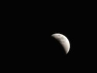 """BOGOTA -COLOMBIA. 27-09-2015: Eclipse lunar observado desde Colombia y es el  último de la tétrada de """"Lunas Rojas"""" que se repite cada seis meses en un lapso de año y medio y volverá a verse en el 2018./ Aspect of the lunar eclipse seen from Colombia and is the last of the tetrad of """"Red Moons"""" (four total lunar eclipses in series) that repeats each six months in a span of a year and half and will be seen until 2018.   Photo: VizzorImage/ Gabriel Aponte / Staff"""