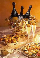 Gastronomie Générale/ Repas de réveillon: Champagne et  petits fours