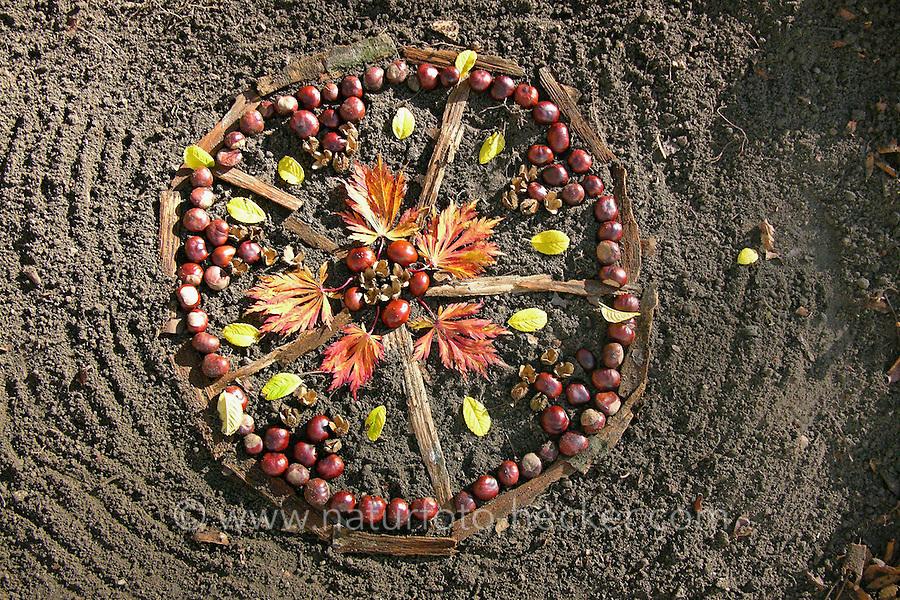 Mandala aus Kastanien, Kastanie, Rosskastanie und Herbstlaub, Blatt, Blättern, Naturkunst, Natur-Kunst