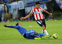 BOGOTA -COLOMBIA. 11-05-2014. Rafael Robayo  (Izq) de Millonarios  disputa el balon contra Guillermo Celis del Atletico Junior  partido de vuelta por la Semifinal  de La liga Postobon  disputado en el estadio Nemesio Camacho El Campin. / Rafael Robayo  of Millonarios (L) to dispute the balloon against  Guillermo Celisof Atletico Junior  second leg of the semifinals of the league Postobon played at Estadio Nemesio Camacho El Campin. Photo: VizzorImage/ Felipe Caicedo / Staff