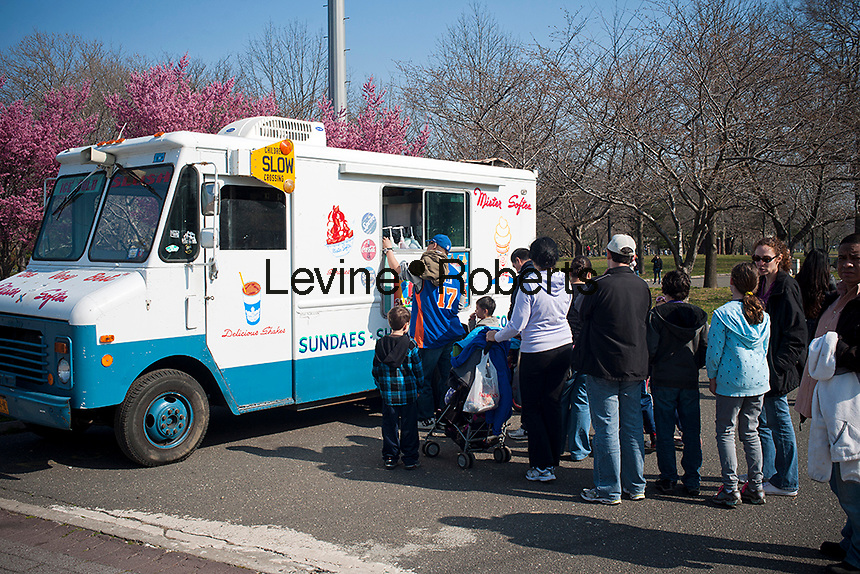 Visitors line up for ice cream on a warm day in Flushing Meadows Park in Queens in New York on Sunday, March 18, 2012 on the weekend prior to the spring equinox. Spring arrives on March 20 at 1:14 AM EDT.  (© Richard B. Levine)