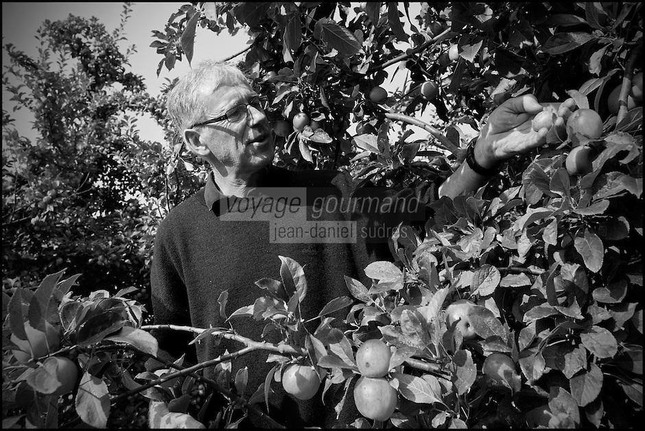 Europe/France/Normandie/Basse-Normandie/50/Saint-Jean-des-Champs: Ferme de l´Hermitière<br /> Jean Luc Coulombier dans ses vergers de pommiers<br /> Àuto N°:  2012-442<br /> // Europe,France,Normandie,Basse-Normandie,Saint-Jean-des-Champs:  Jean Luc Coulombier in apple orchards - Ferme de l´Hermitière