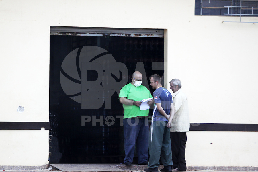 COLOMBO, PR, 05.05.2014 -  INCÊNDIO BARRACÃO / COLOMBO - Moradores ao redor do incêndio se protegem da fumaça produzida pelo incêndio no barracão de reciclagem em Colombo, na Região Metropolitana de Curitiba na manhã desta segunda-feira (05).  Segundo o corpo de bombeiros a fumaça produzida em incêndio é tóxica se inalada em grande quantidade. Dentro do barracão encontra-se armazenado cerca de 80 toneladas de fibra de vidro e espuma de poliuretano. Incêndio começou as 3h da madrugadas desta segunda, bombeiros começaram a fase de rescaldo.(Foto: Paulo Lisboa / Brazil Photo Press)