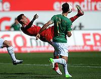 Fussball 1. Bundesliga :  Saison   2012/2013   1. Spieltag  25.08.2012 SpVgg Greuther Fuerth - FC Bayern Muenchen Mario Mandzukic (li, FC Bayern Muenchen) gegen Mergim Mavraj (Greuther Fuerth)