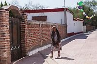 Una anciana mujer camina por las calles del pueblo de Quiriego. <br /> IV Festival Maria Bonita en Quiriego, Sonora.