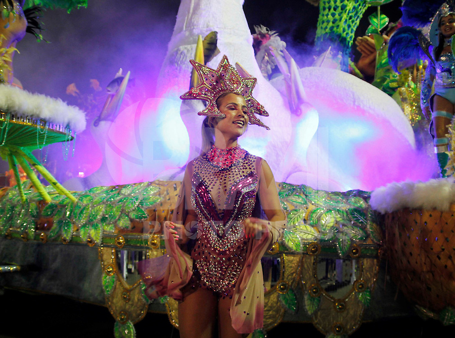 SAO PAULO, SP, 18 DE FEVEREIRO 2012 - CARNAVAL SP - DRAGOES DA REAL - Integrante da escola de samba Dragoes da Real momentos antes do desfile na segunda noite do Carnaval 2012 de São Paulo, no Sambódromo do Anhembi, na zona norte da cidade, neste sábado.(FOTO: ALE VIANNA - BRAZIL PHOTO PRESS).