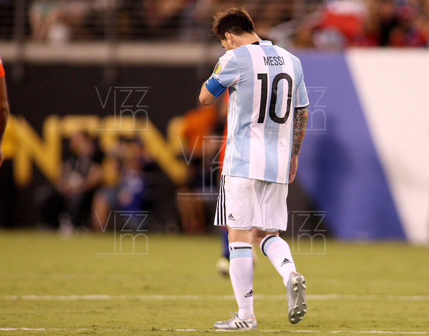 NEW JERSEY - UNITED STATES, 26-06-2016: Lionel Messi después de haber errado el cobro penal durante el encuentro entre Argentina (ARG) y Chile (CHI) durante partido por la final de la Copa América Centenario USA 2016 jugado en el estadio Metlife en New Jersey, NJ, USA. Chile derrotó a Argentina 4-2 en la tanda desde los tiros penal. / Lionel Messi shows his dejection after failing his shot during the match between Argentina (ARG) and Chile (CHI) for the final of the Copa América Centenario USA 2016 played at Metlife stadium in New Jersey, NJ, USA. Chile defeated Argentina with 4-2 in penalty shootout. Photo: VizzorImage/ Luis Alvarez /Str