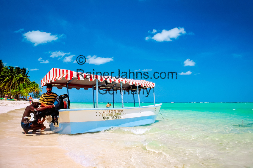 DOM, Dominikanische Republik, Punta Cana, Playa Bavaro, Glass Bottom Boot am Strand | DOM, Dominican Republic, Punta Cana, Bavaro beach, Glass Bottom Boat