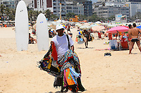 RIO DE JANEIRO, RJ, 12.11.2013 - CLIMA TEMPO / PRAIA / IPANEMA / RJ-  Banhistas aproveitam o forte calor na praia de Ipanema no Rio de Janeiro, RJ, na manhã desta terça-feira (12).(Foto: Marcelo Fonseca / Brazil Photo Press).