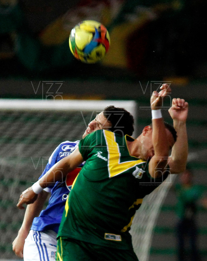 ARMENIA - COLOMBIA - 27-04-2013: Fredy Montero (Izq.) jugador de Millonarios disputa el balon con Eder (Der) del Deportes Quindio durante el partido en el estadio Centenario de Armenia, abril 27 de 2013. Deportes Quindio y Millonarios durante partido por la decimotercera fecha de la Liga Postobon I. (Foto: VizzorImage / Yonbini / Str).  Fredy Montero (L) player of Millonarios figts for the ball with Eder (R) of Deportes Quindio during a game in the Centenario Stadium in Armenia city, April 27, 2013. Deportes Quindio and Millonarios during a match for the thirteenth round of the Postobon League I. (Photo: VizzorImage / Yonboni / Str.).