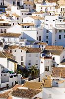 ESP, Spanien, Andalusien, Provinz Málaga, Setenil de la Bodegas: weisses Dorf am Fusse der Sierra de las Salinas | ESP, Spain, Andalusia, Setenil de la Bodegas: pueblo blanco at Sierra de las Salinas mountains