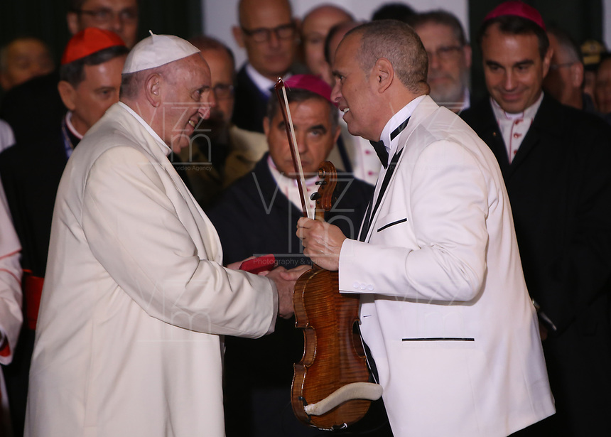 BOGOTÁ - COLOMBIA, 08-09-2017:  El Papa Francisco saluda a Alfredo de la Fe interpretar música cubana a su llegada a la Nunciatura Apostolica en el segundo día en Colombia. El Papa Francisco realiza la visita apostólica a Colombia entre el 6 y el 11 de septiembre de 2017 llevando su mensaje de paz y reconciliación por 4 ciudades: Bogotá, Villavicencio, Medellín y Cartagena. / Pope Francisco shake hands with Alfredo de la Fe Cuban musician during his arrive to Apostolic Nunciature in his second day in Colombia. Pope Francisco makes the apostolic visit to Colombia between September 6 and 11, 2017, bringing his message of peace and reconciliation to 4 cities: Bogota, Villavicencio, Medellin and Cartagena. Photo: VizzorImage /  Inaldo Perez / Cont