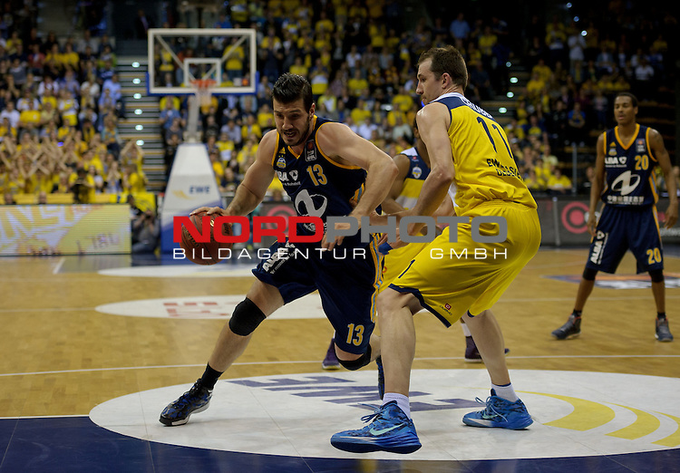 13.05.2015, EWE Arena, Oldenburg, GER, BBL, Play-Off VF, EWE Baskets Oldenburg vs ALBA BERLIN, im Bild Marko Banic (Berlin #13), Adam Chubb (Oldenburg #11)<br /> <br /> Foto &copy; nordphoto / Frisch