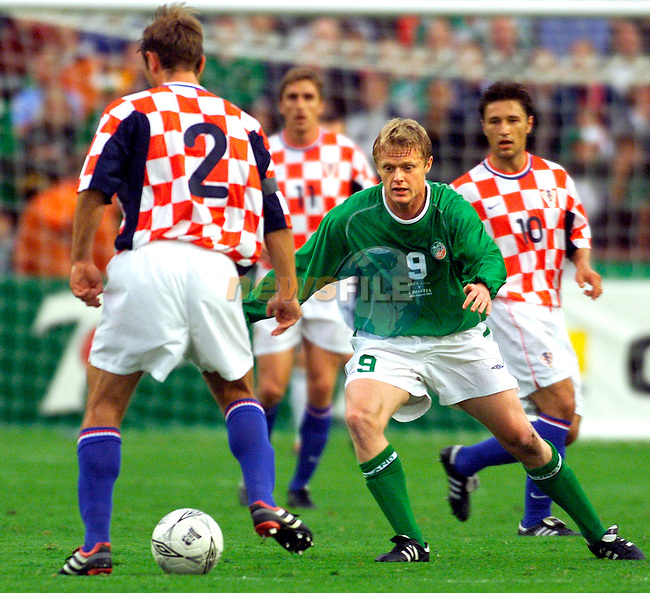 Crotia's Robert JKovac (Bayer Leverkusen) and Ireland's Damien Duff (Blackburn Rovers) in action in thier International Friendly in Landsdowne Road, Dublin, 15/8/01..Picture: Paul Mohan/Newsfile