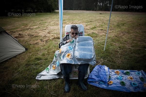 "Mazury, Poland, 2010. Man blowing bath mattress.""Lasek"" camp site, near Karwica village.(photo by Ula Klimek/Napo Mentor). Mazury, Polska, 2010.Mezczyzna nadmuchuje materac do kapieli.Pole namiotowe Lasek niedaleko Karwicy.(fot. Ula Klimek/Napo Mentor)."