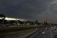 S&Atilde;O PAULO, SP, 14/01/2012, NUVENS CARREGADAS.<br /> <br /> Nuvens carregadas sobre a zona norte da capital paulista na tarde de hoje (14).<br /> <br /> Luiz Guarnieri/ News Free