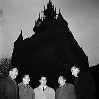 Donjon du Capitole. Le 19 Décembre 1957. Vue de cinq joueurs du TOEC qui laissent exploser leur bonne humeur. De gauche à droite, le président Aybram, Jean Astrugue, Christian Mansat, le capitaine Henri Corbarieu et le secrétaire général Viguié.
